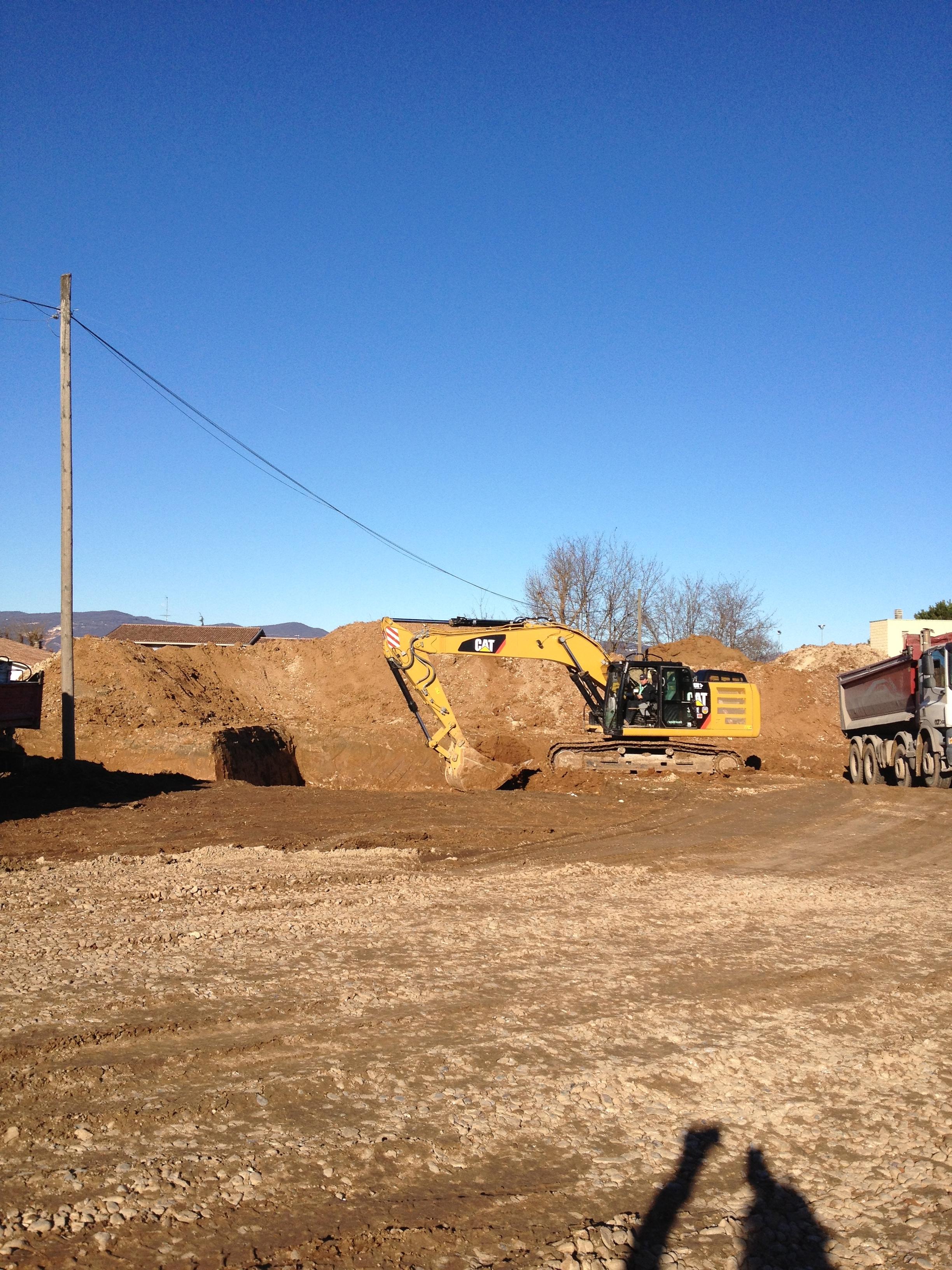 Una ruspa scava le fondamenta della Casa Famiglia in zona San Vito a Bedizzole